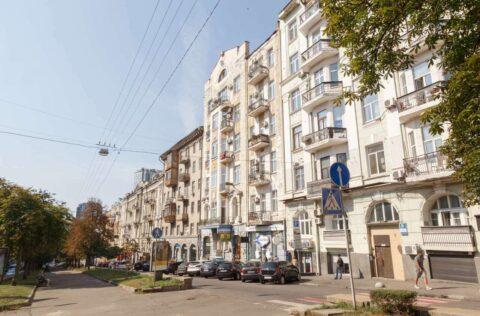 building facade Antonovycha 10
